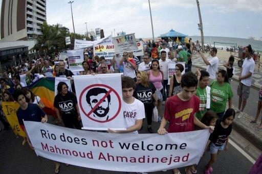 تظاهرات بر علیه سفر احمدی نژاد به برزیل و سیاست های همجنس گرا ستیزانه او